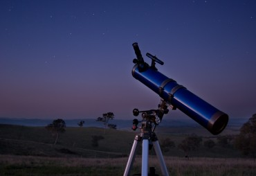 Stock image of a low-end telescope