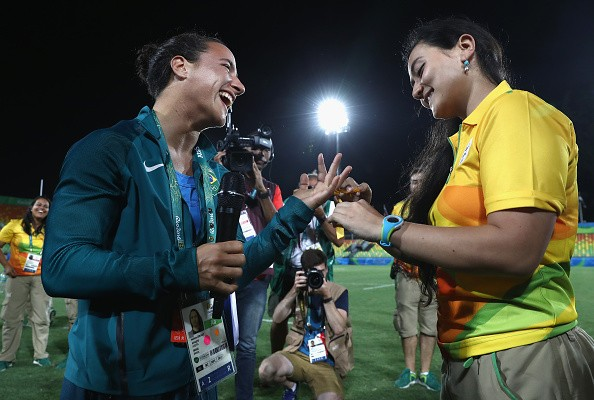 Olympics stadium manager proposes to her Rugby-playing girlfriend after final
